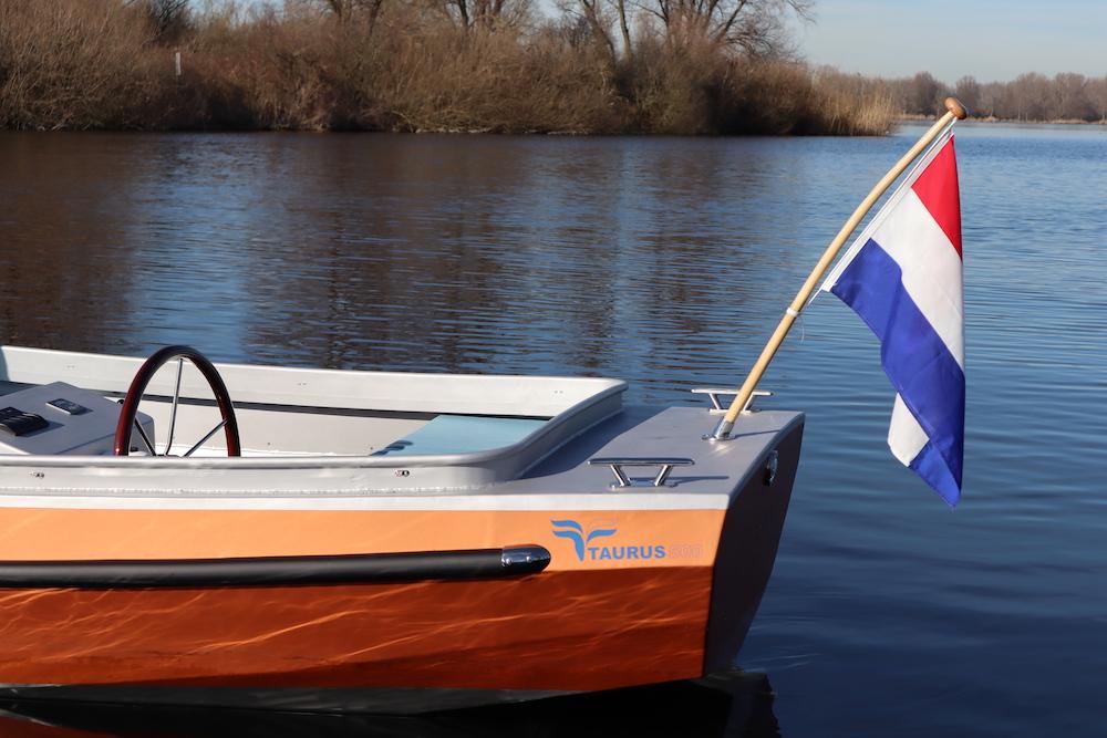 Oranje elektrische boot met zwarte stootrand