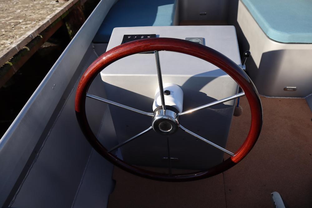 Het stuurwiel van een elektrische boot van Taurus
