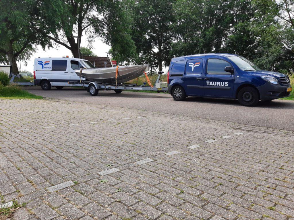 Nieuwe elektrische vlet van Taurus op een trailer
